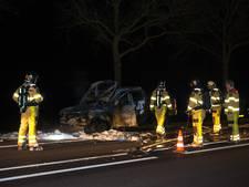 Auto vliegt tijdens het rijden in brand op N348 bij Wesepe