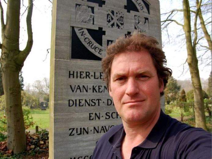 Bert Pierik bij het monument op begraafplaats Bergklooster dat herinnert aan Thomas a Kempis