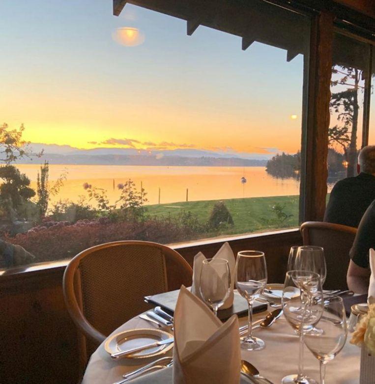 Wie gaat dineren in het restaurant in Noord-Saanich kan genieten van prachtige uitzichten over het water.