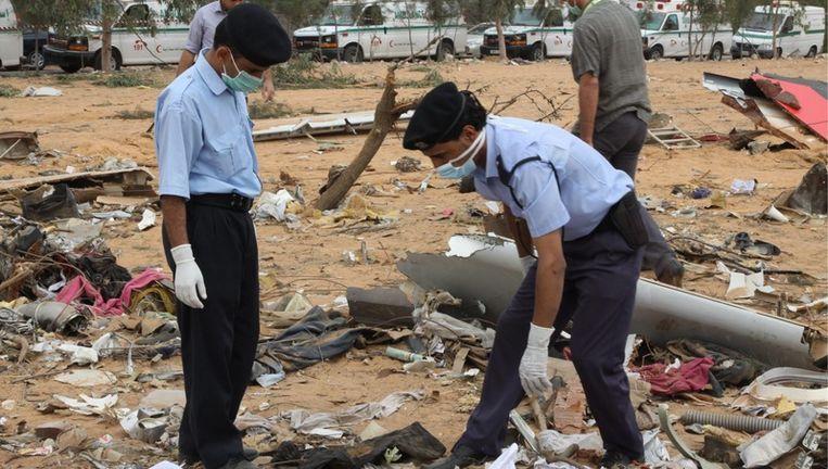 Reddingswerkers zoeken tussen brokstukken van de neergestorte Airbus 330. Foto EPA Beeld