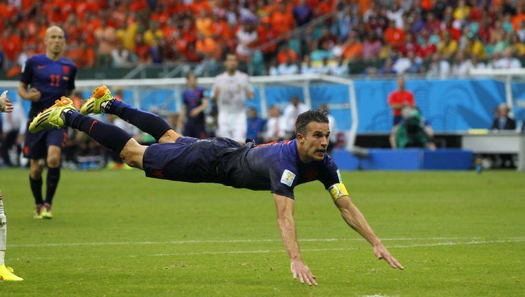 Robin van Persie kopt de 1-1 tijdens de WK voetbal Spanje-Nederland Beeld anp