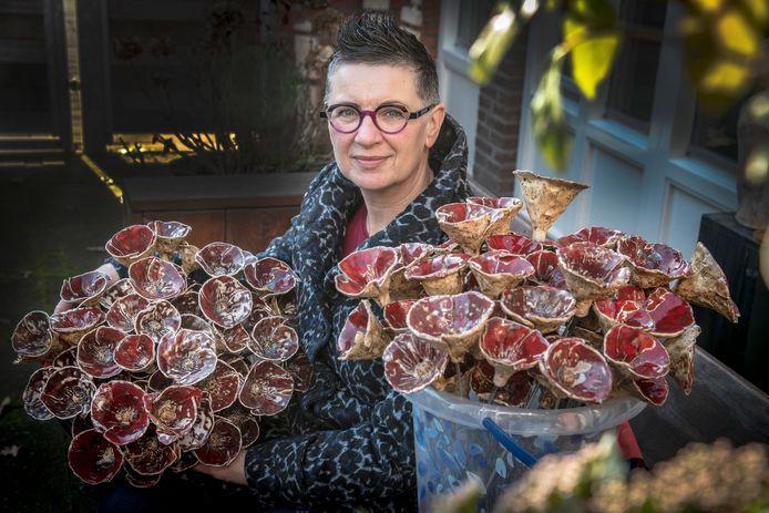 Bianca van Dreumel uit Gennep met een deel van de poppy's van keramiek.