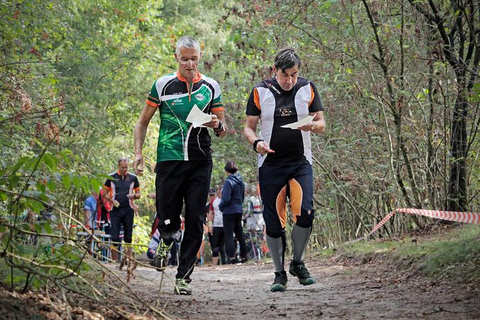 PVH Herperduin NOLB NK Orienteringslopen ; net na de start hebben twee deelnemers net hun kaart gepakt en kunnen bezien hoe ze mogelijk de route kunnen gaan lopen.