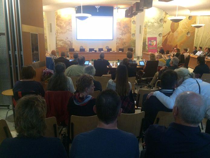 De discussie over het Sesterpark werd door een kleine groep mensen van Uden-Zuid op de publieke tribune nauwlettend gevolgd.