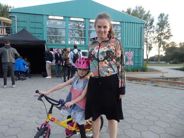 Buurtbewoner Dasha van Amsterdam en dochter Anoushka. 'Nee, dit is onze vaste fietsroute'. Beeld Hans van der Beek