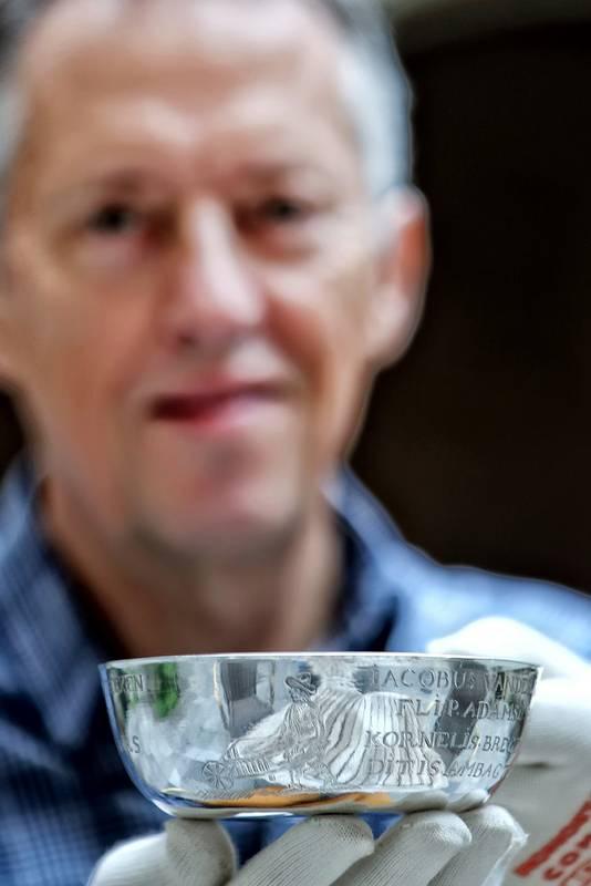 Zilverexpert Cees Vanwesenbeeck presenteert de gildekom.