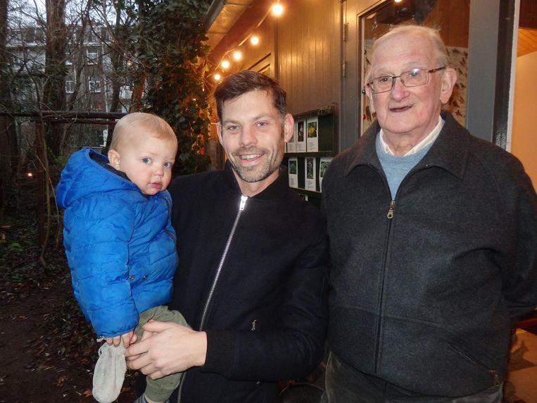 Buurtbewoner Ronald Fabbro met zoon Jules, en Piet Nieuwenkamp, één van de oprichters van de Slatuinen, zo'n dertig jaar geleden Beeld Schuim
