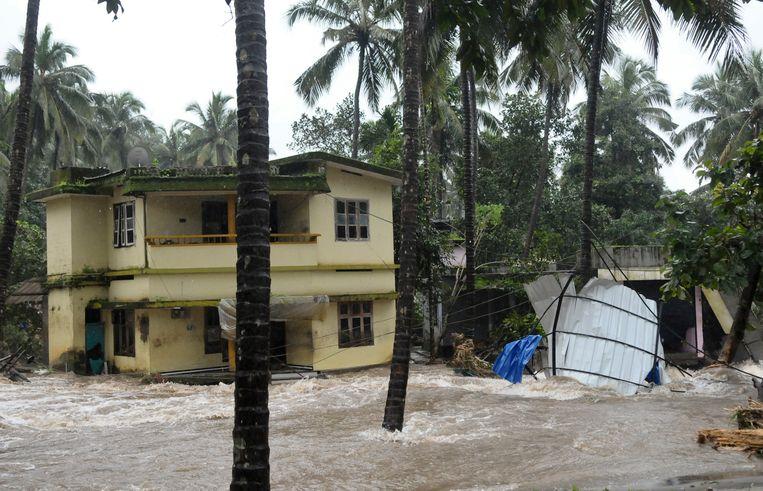 Wegen en huizen worden overspoeld door het water.