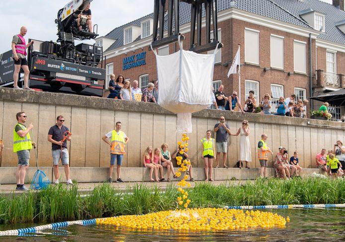 Start van de Duckrace van Junior Kamer Vechtdal met op de achtergrond het oude gemeentehuis van Ommen.