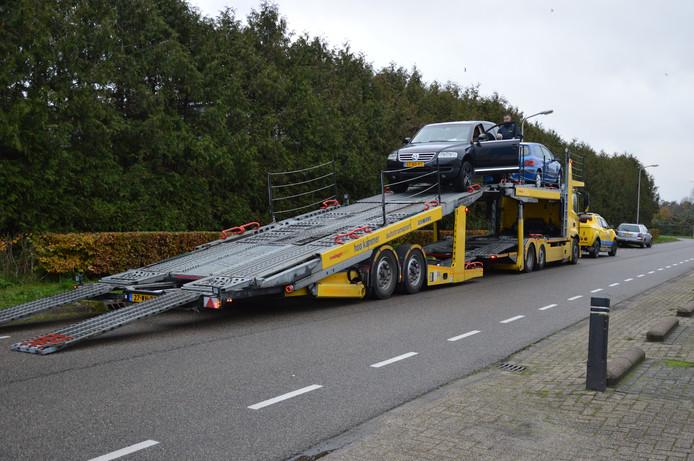 Bij een autobedrijf in Steenwijk werd de handelsvoorraad in beslag genomen vanwege een groot onderzoek naar ondermijning.