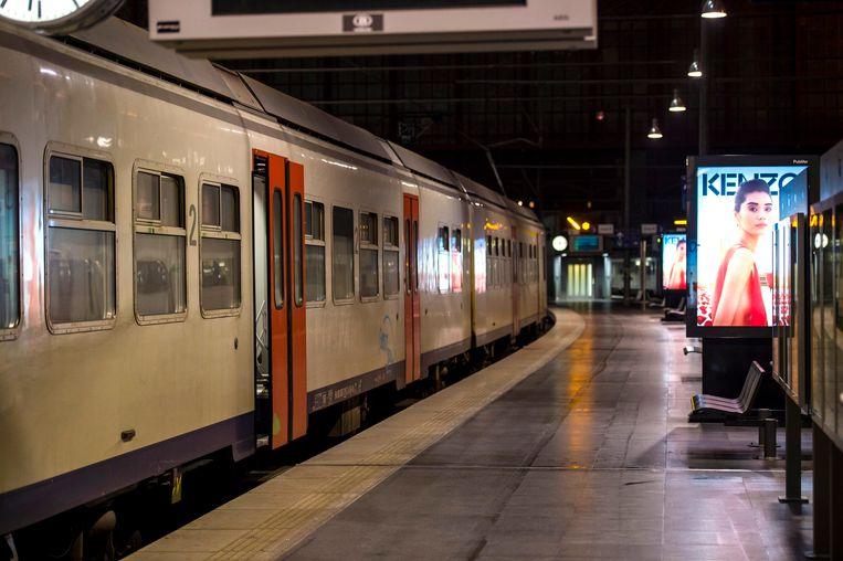 Een trein 's avonds op een station.