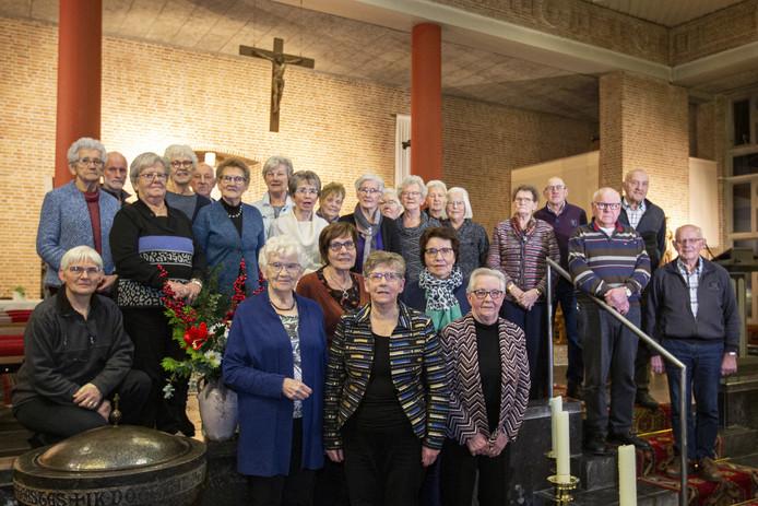 Vijf vrouwen uit Haarle zingen al sinds de oprichting bij het dameskoor en worden zondagochtend gehuldigd. De jubilarissen  v.l.n.r., achter: Annie Spijkerman, Anny Krukkert en Dora Nijenkamp en voor Annie Marsman en Tonnie Poppe.