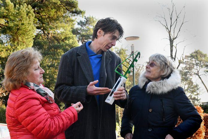Een paar leden van de groep 'Stralen doen we liever zelf' in Doorn: Dicky van Snetselaar, Marnix Lamers (met meetapparaat voor straling) en Wilma Korver.