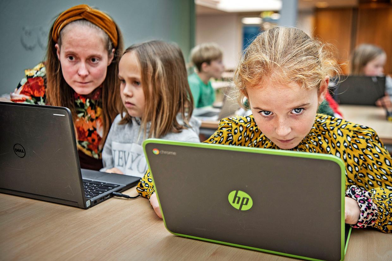 Op de Montessorischool in Naaldwijk hebben alle leerlingen in de klas van juf Shirley van de Velde een laptop van Google. Beeld Guus Dubbelman / de Volkskrant