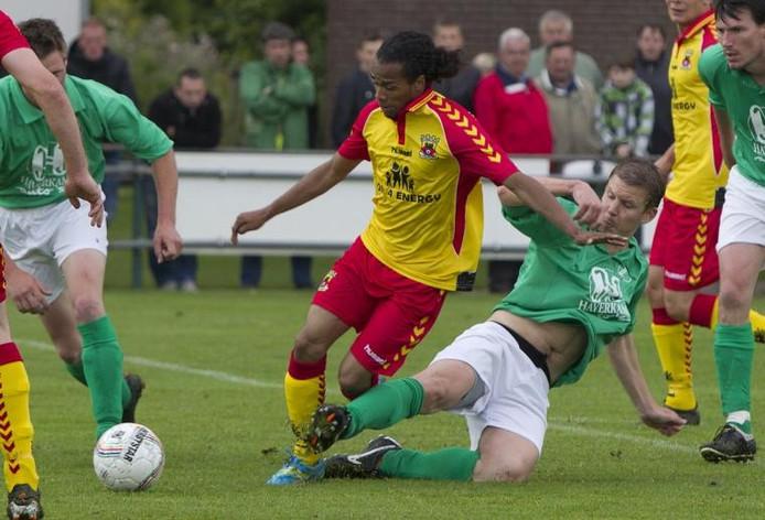 Teuge-voetballer Jorn van Strien probeert GA Eagles-aanvaller Jarchinio Antonia met een sliding van de bal te zetten. foto Ronny te Wechel