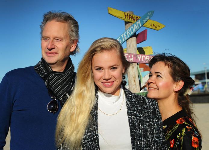 Amanda Simons (geflankeerd door haar ouders) op het strand voor zandpaviljoen Pier 7, waar ze zaterdag met een gitarist optreedt.