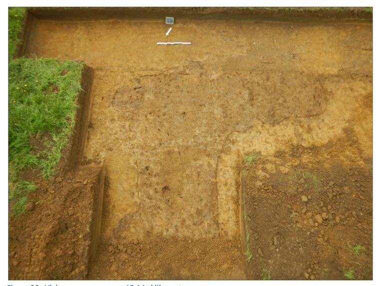 Een beeld van een blootlegging op die site waarbij je duidelijk een vertekening ziet van de grond op de plaats waar de fundering zit van een oud molenbedrijf.