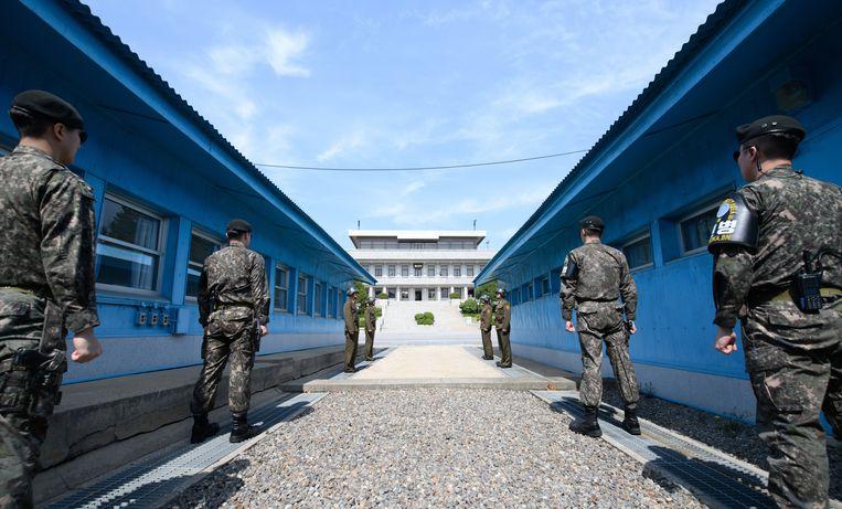 Noord- en Zuid-Koreaanse soldaten staan tegenover elkaar bij de grens. Beeld EPA