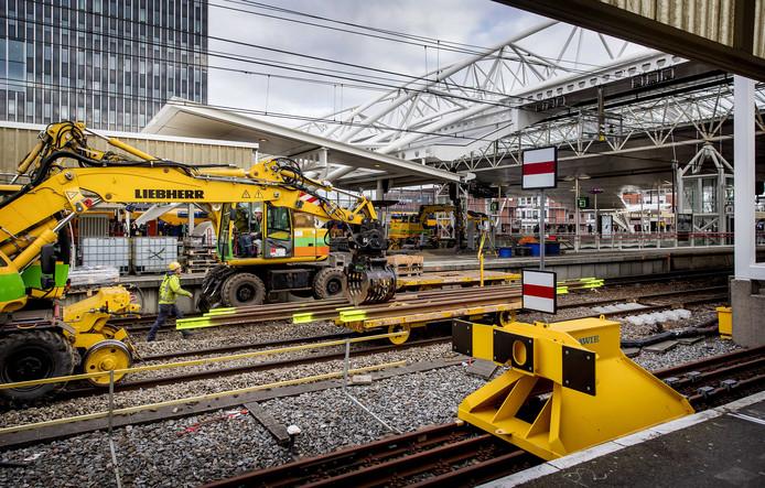 Werkzaamheden tijdens de ochtendspits op treinstation Leiden Centraal. Rond het station worden rails, dwarsliggers, wissels en bovenleidingen vervangen.