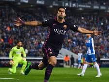 Blunders afstraffende Suárez houdt Barça in het spoor van Real