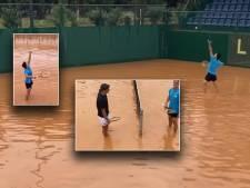 Tot hun knieën in het water, maar Petros en Aristotelis tennissen gewoon door