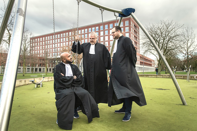 De Bredase advocaat Peter Schouten (midden) en twee van zijn kantoorgenoten Wiekash Ramnun (links) Patrick Grijpstra in de speeltuin bij Het Bolwerk waar de drie tieners beboet zijn omdat ze er in juni 2018 na 22.00 uur schommelden. De advocaten staan donderdag het drietal bij tijdens een rechtszaak.
