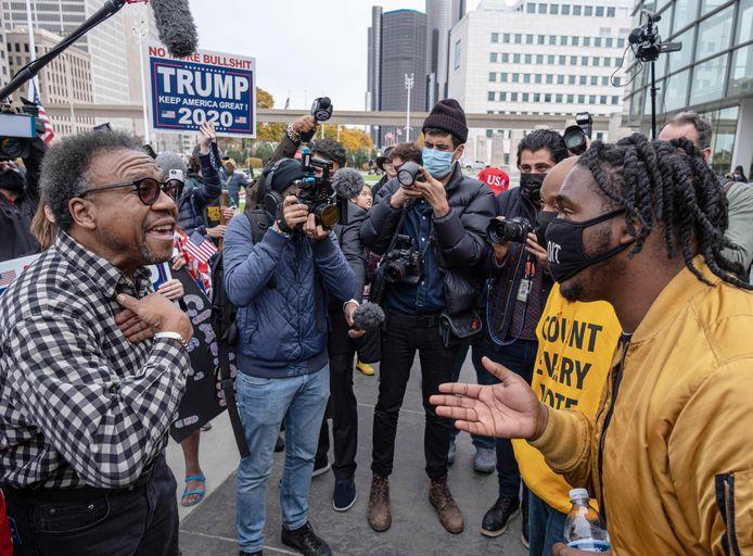 Trump-supporters en -opponenten in discussie in Detroit, Michigan.