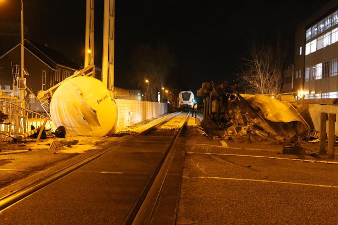 De vrachtwagen lag in twee delen naast het spoor.
