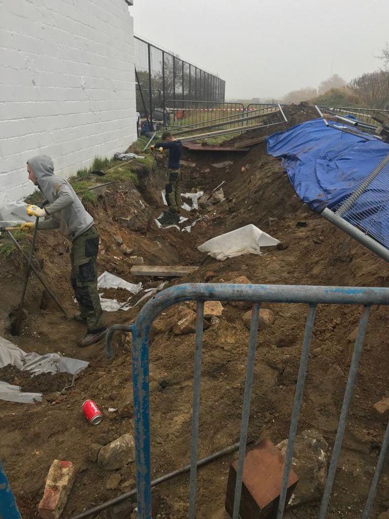 Bodemonderzoekers nemen stalen van de verontreinigde grond in Steenokkerzeel.