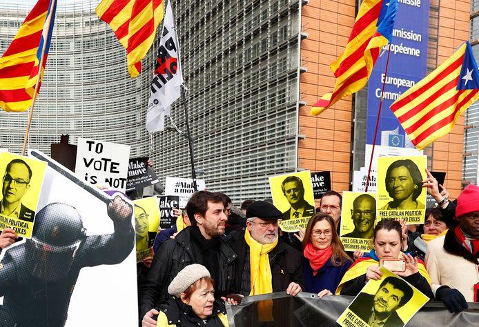 De Catalaanse ex-ministers Toni Comin en Lluis Puig tijdens een demonstratie.