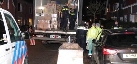 Vrachtwagenchauffeur heeft tot zijn verrassing niet alleen dozen in zijn truck, maar ook mensen