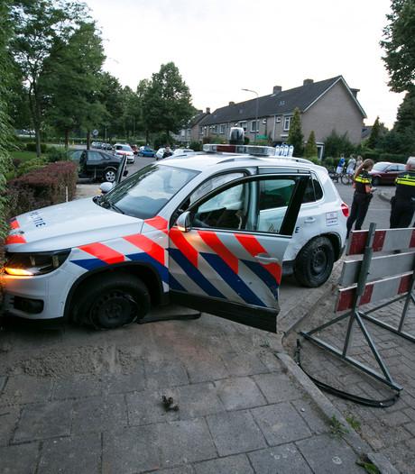 Auto ramt flank politiewagen: agent gewond
