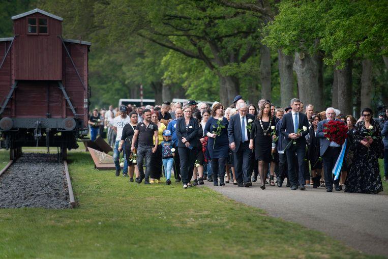 Honderden Roma en Sinti kwamen afgelopen 19 mei bijeen in voormalig doorgangskamp Westerbork om de Holocaust te herdenken.  Beeld Sake Elzinga
