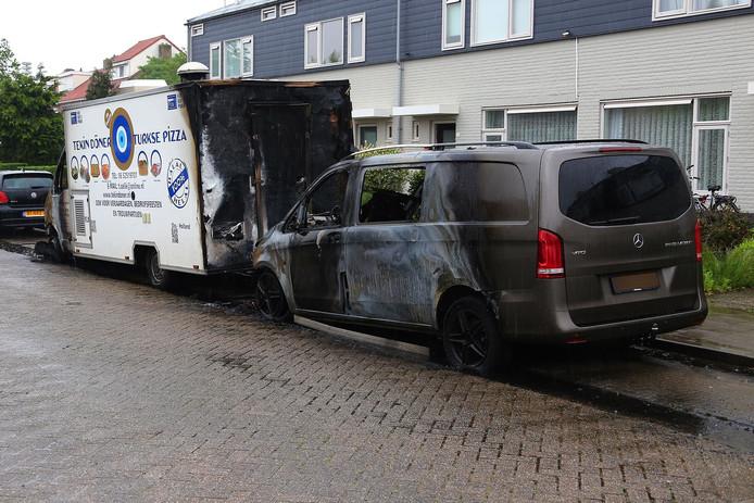 Beide voertuigen zijn uitgebrand