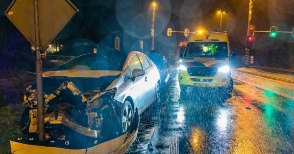 Flinke schade na aanrijding tussen twee autos in Tilburg.