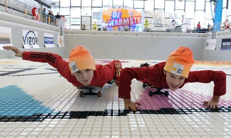 """Zijn zoontjes Lukas (10) en Kamiel (9) toonden alvast het goeie voorbeeld. """"Ik ben voorlopig de snelste"""", zegt Kamiel. """"Ik hoop dat ik win."""" Hun tempo was inderdaad heel gezwind, alleen die helling op de bodem van het zwembad bleek toch een taaie noot om te kraken."""