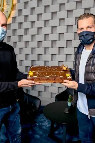 """Met (chocolade)taart naar Ruud Vormer voor zijn 500ste match: """"Tonen dat we minstens 3de plek verdienen"""""""
