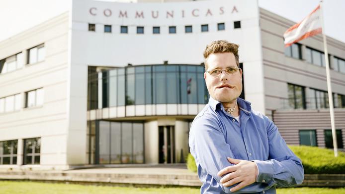 Erwin Oudshoorn voor het pand waar hij sinds kort kantoorruimte huurt voor zijn bedrijf Tribble Media.
