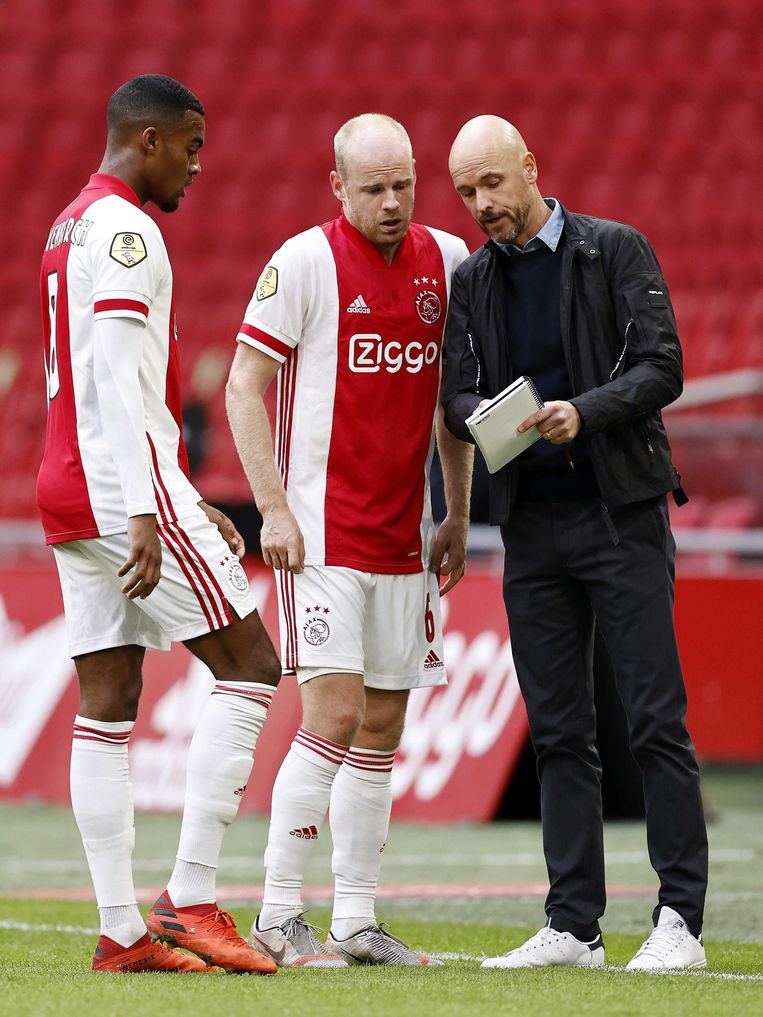 Ryan Gravenberch en Davy Klaassen tijdens het duel met sc Heerenveen in gesprek met trainer Erik ten Hag. Beeld ANP