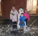 Demi, Delilah en Chayenna maakten gisteren een mooie sneeuwpop in Nijmegen.<br />