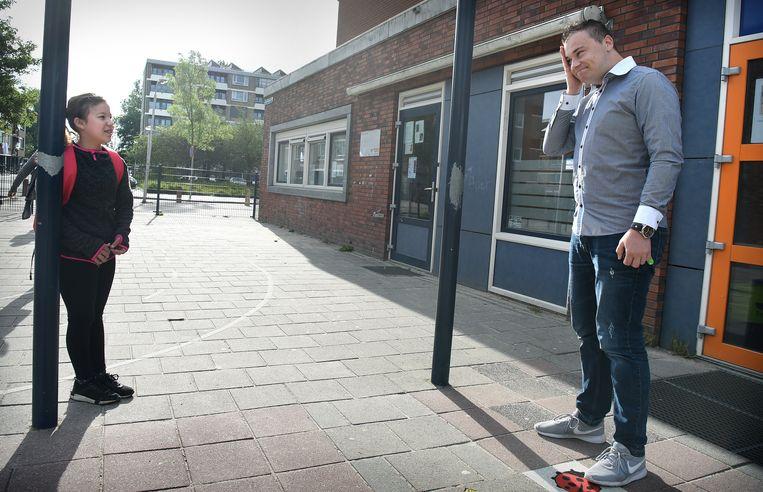 Een leerkracht en leerling van Openbare Basisschool Het Spectrum in Amersfoort. Beeld Marcel van den Bergh