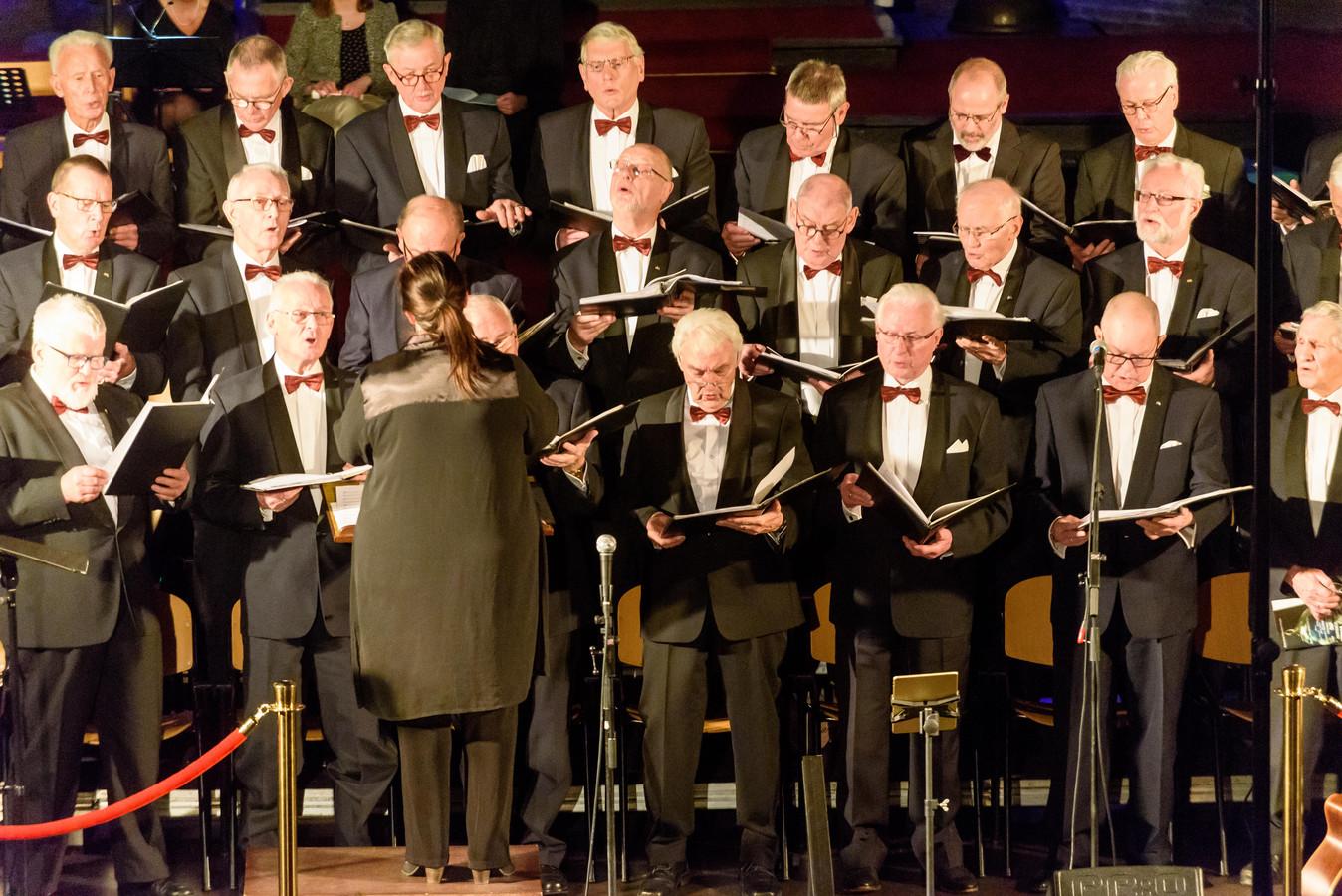 Het Christelijk Mannenkoor Hengelo tijdens een eerdere kerstuitvoering. Het zingende gezelschap houdt op te bestaan.