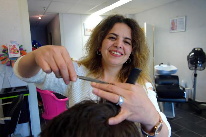 Raadslid Selda Bozturk (Burger Belangen Roosendaal) is in het dagelijkse leven kapster.