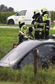 Twee auto's in sloot na ongeluk op kruising  in Oss, Kennedybaan tijdelijk afgesloten
