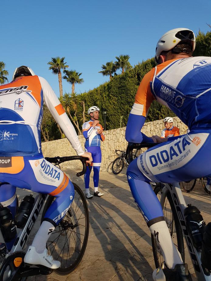 De renners maken zich klaar voor een nieuwe training onder de Spaanse zon.