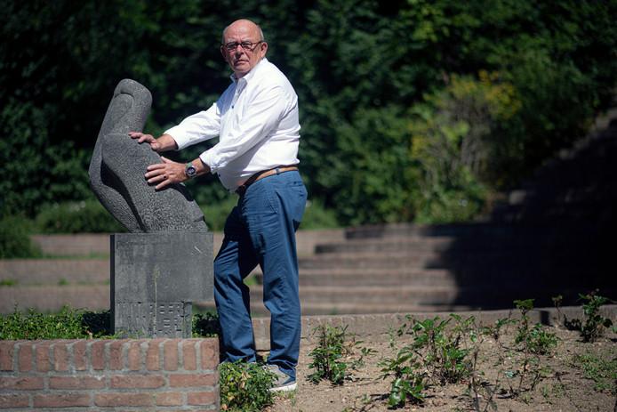 Herman Oolbekkink (77) bij het verzetsmonument van de Pelikaan voor de gefusilleerde politiemannen uit Nijmegen.