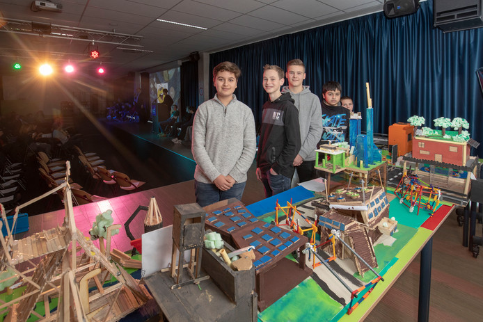 Leerlingen van Het Streek presenteren een maquette van de Stad van de Toekomst.