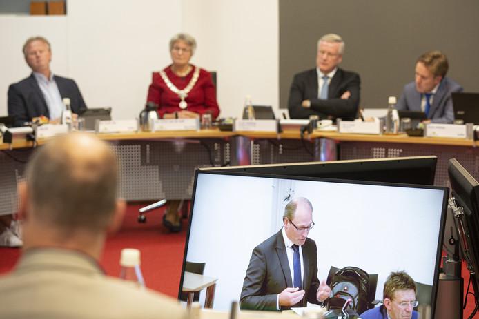 Gerjan Smelt, voorzitter van de vertrouwenscommissie,  presenteert de profielschets van de nieuwe burgemeester, in het bijzijn van Commissaris van de Koning Andries Heidema.