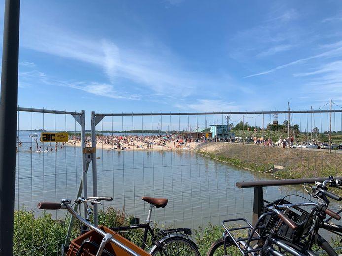 Op het Strandeiland in Harderwijk werden donderdag geen mensen meer toegelaten omdat het te druk was geworden.