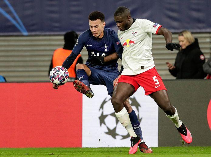 Dayot Upamecano (r) in duel met Tottenham-speler Dele Alli.